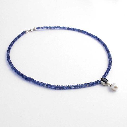 Kette Collier aus blauen Edelsteinen mit Saphirfassung und Süßwasserperltropfen