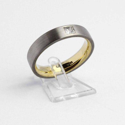 Ring 750er Gelbgold und 585er Weißgold mit Diamant